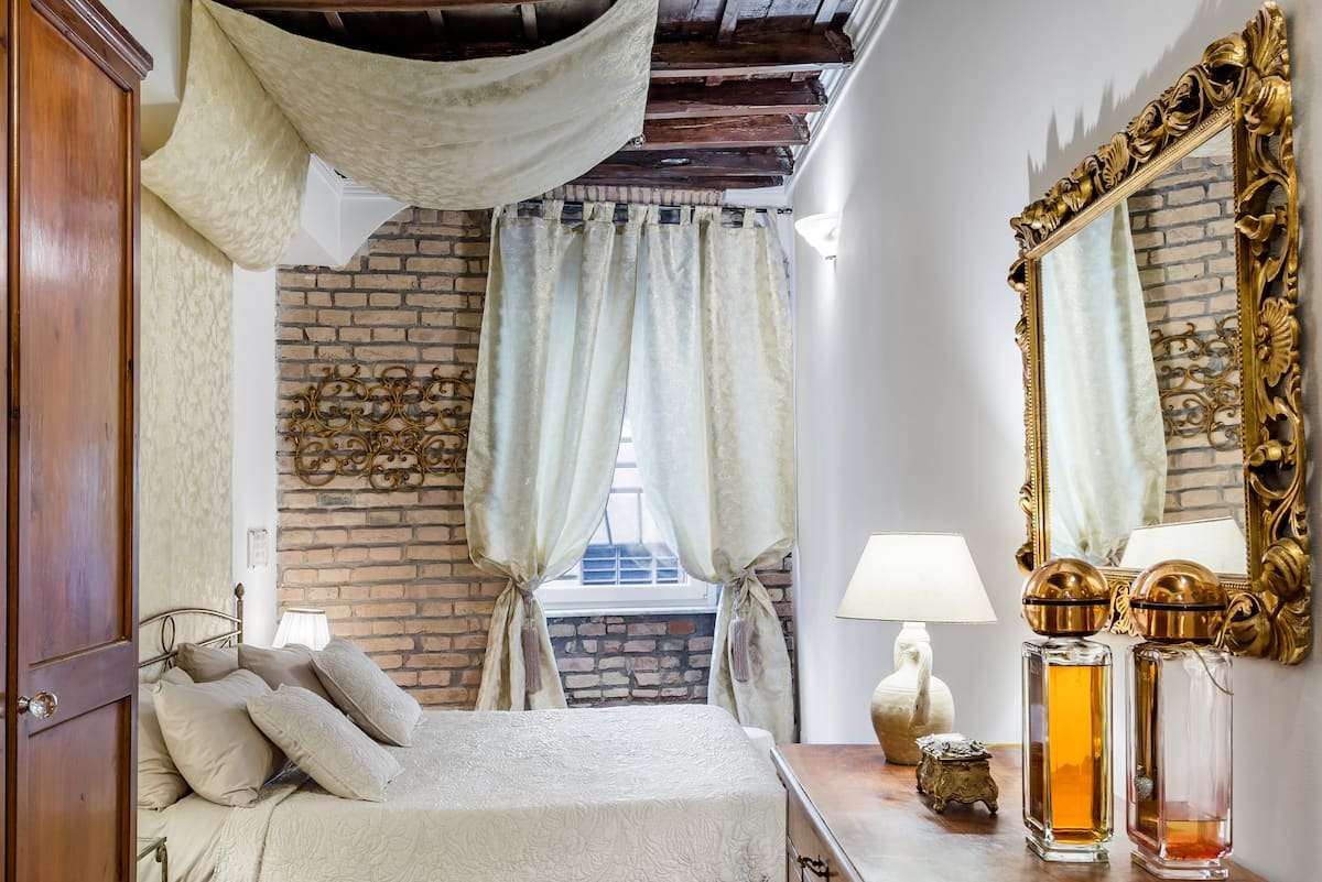 Vintage Loft Apartment close to  Trevi Fountain