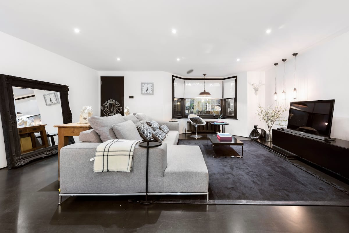 Stylish Luxe Apartment Steps from Broadway Market