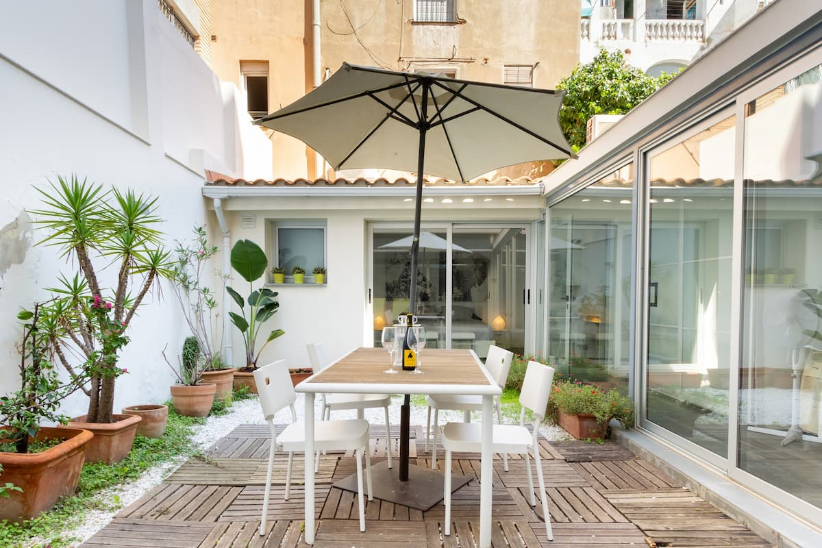 Stay in a Renovated Typical House of Gracia with a Large Inner Courtyard.