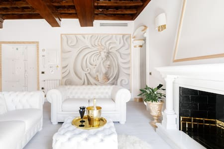 Trevi Fountain Royal Gold Apartment