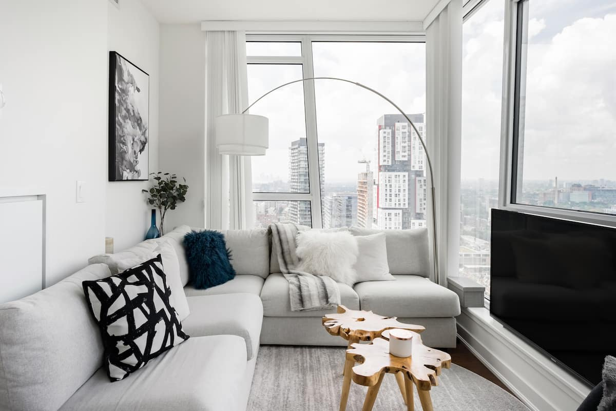 Sweeping Views In High-End Downtown Apartment