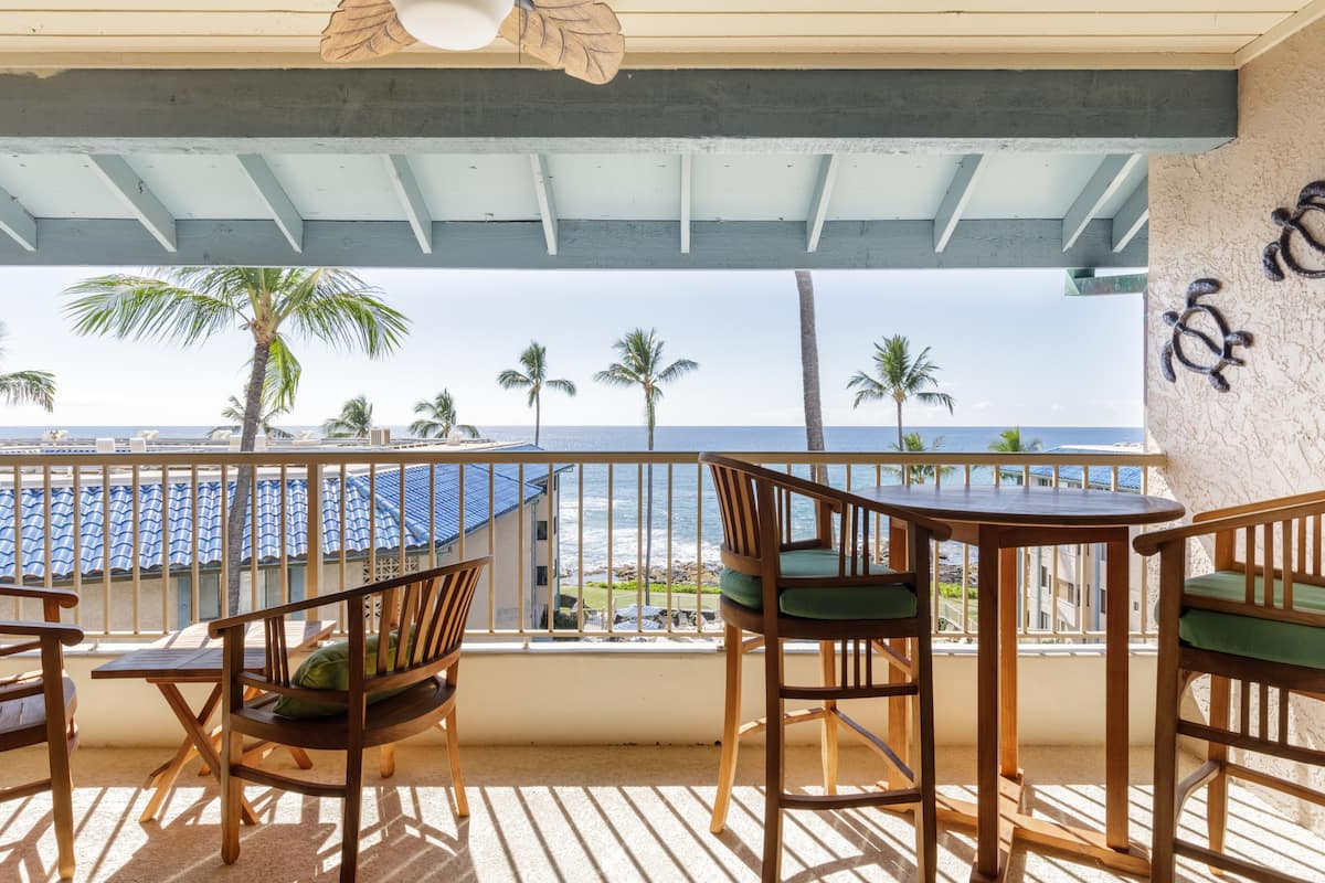 Oceanfront Penthouse Condo with Swimming Pool and AC