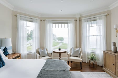 Luxury Oceanview Suite in Victorian on Independence Park