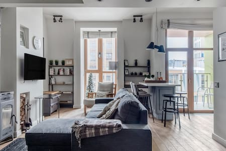 Стильные двухуровневые апартаменты с настоящим камином