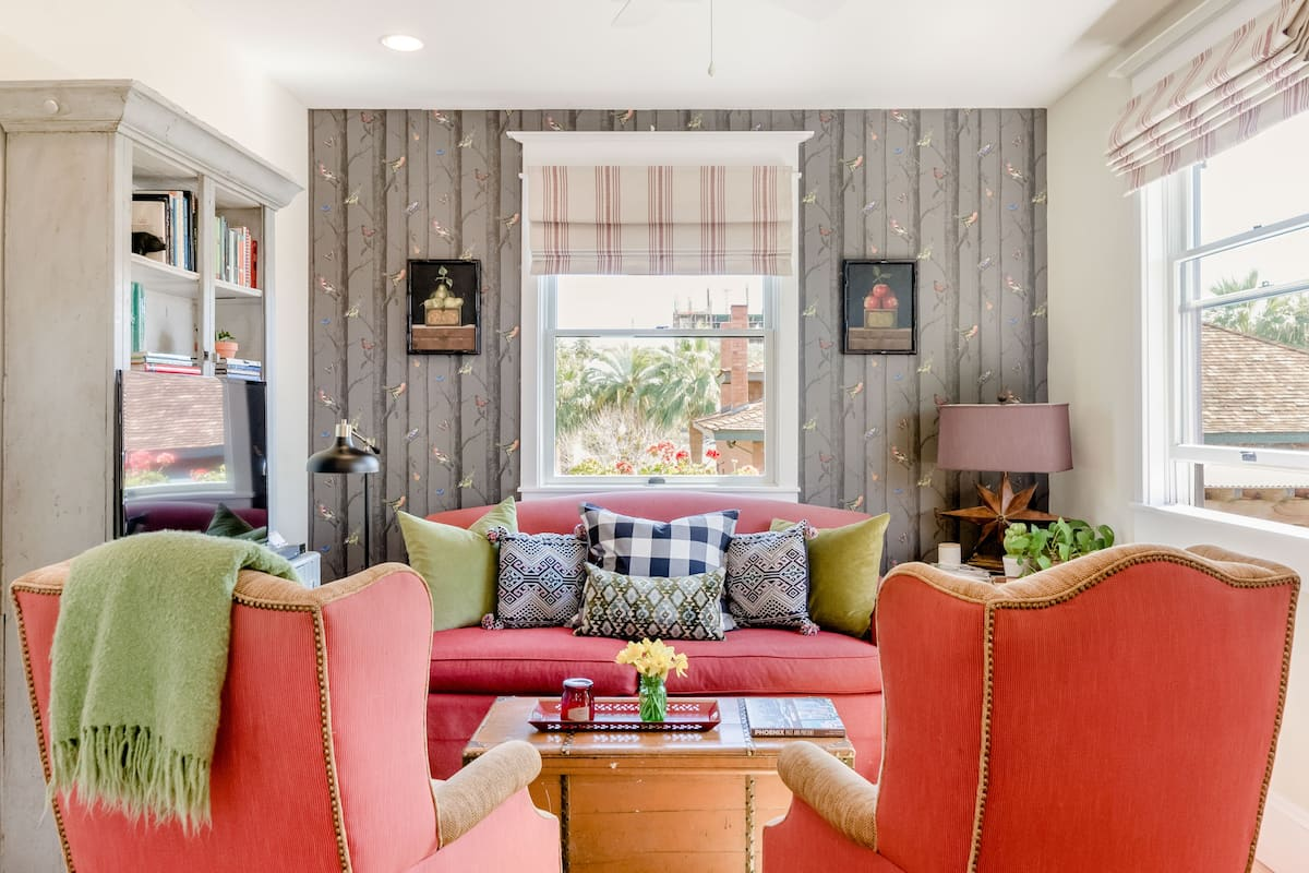 Charming Boho Farm Carriage House in Heart of Downtown