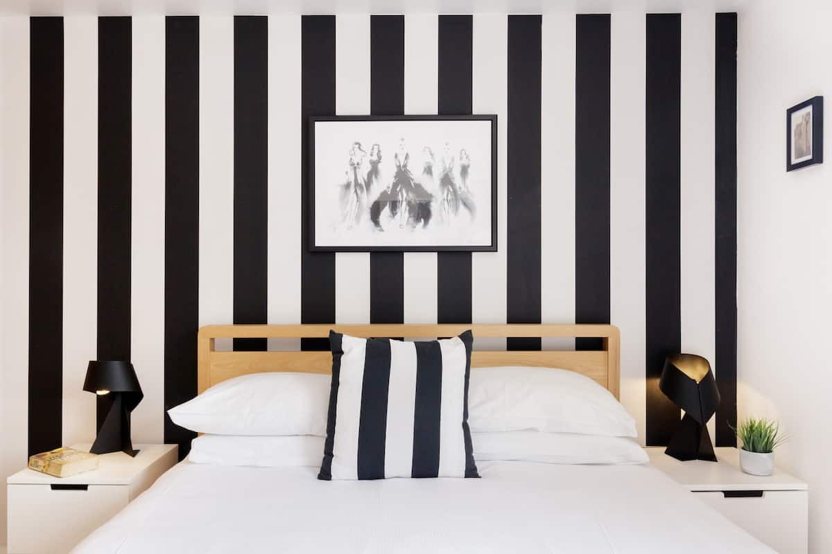 (h3) Monochrome Style at an Ubercool Apartment in Brick Lane