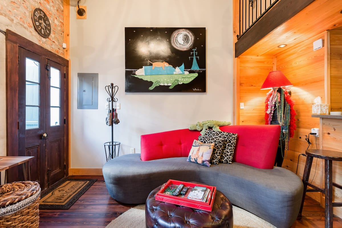 Festively Furnished Historic French Quarter Gem