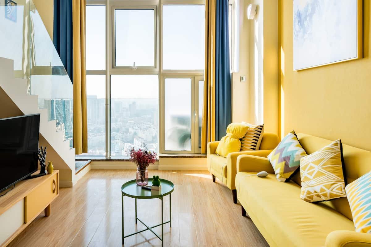 坐拥城市景观的鹅黄色复式公寓