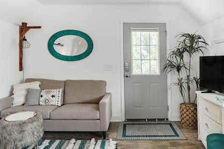 Bluffton's Tropical Carriage House Getaway