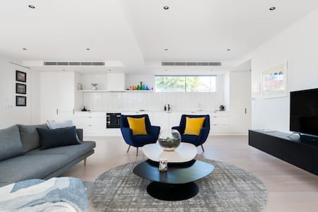 Stylish and Spacious Contemporary Apartment in St Kilda