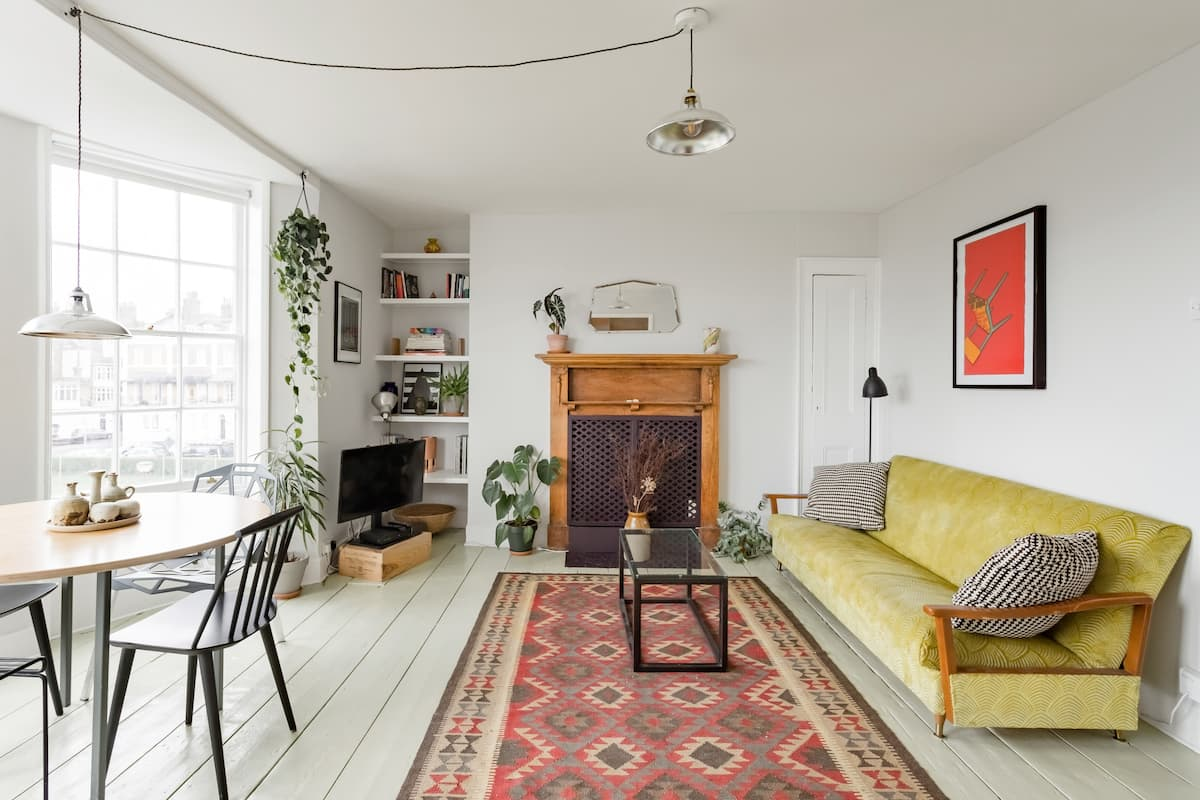 Cosy Flat with Views of a Lovely Communal Square and the Sea