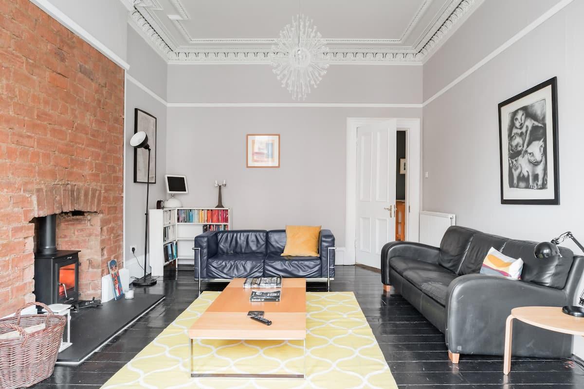 Traditional 1st-Floor Flat in Bohemian Dennistoun