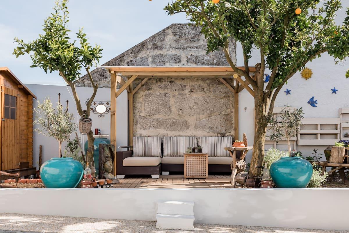 Moradia romântica com estacionamento privativo e terraço