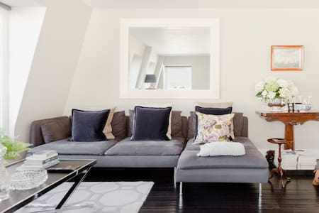 Stroll to Hyde Park from a Bright and Elegant Paddington Mews Apartment