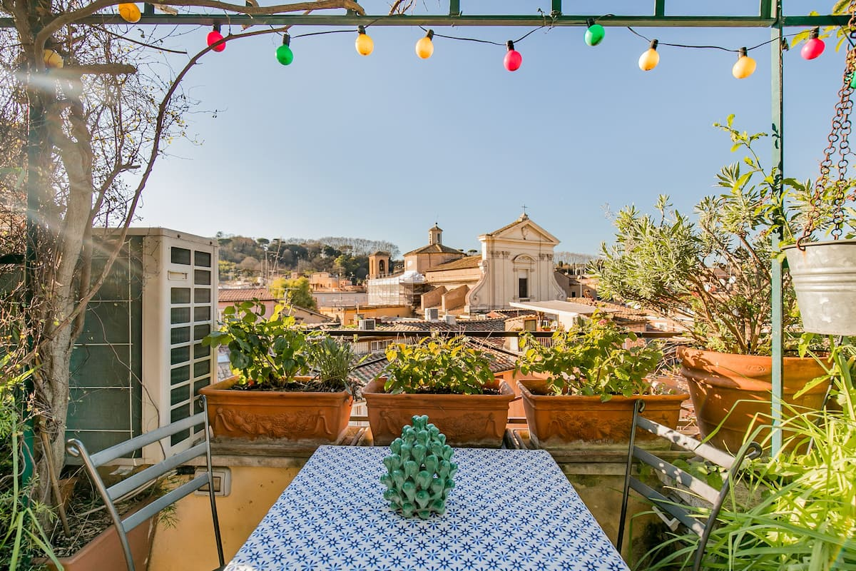 Bright Apartment with Terrace in Classic Trastevere Building