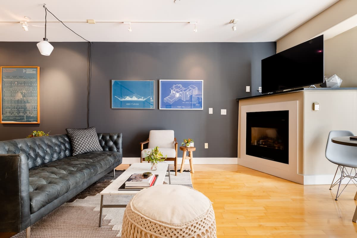 Art-Filled Roomy Guest Suite in Convenient SOMA Loft