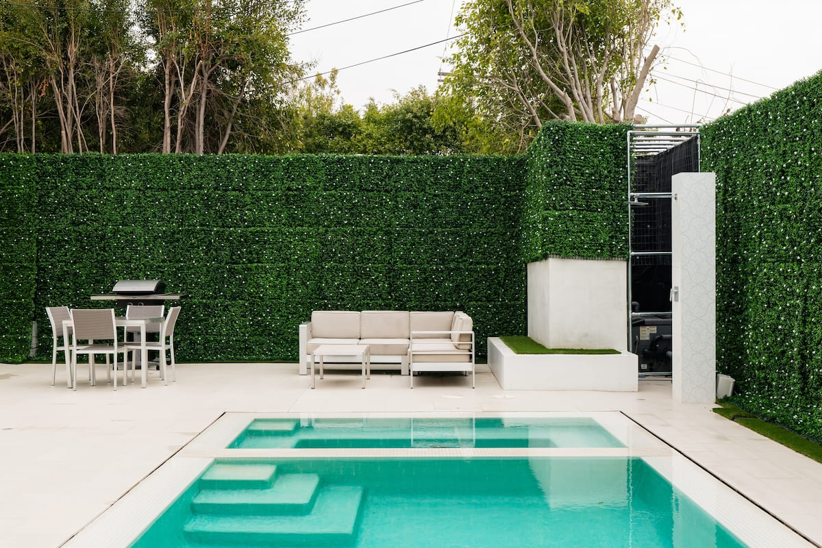 Glamorous Beverly Hills House with a Jacuzzi near the Grove