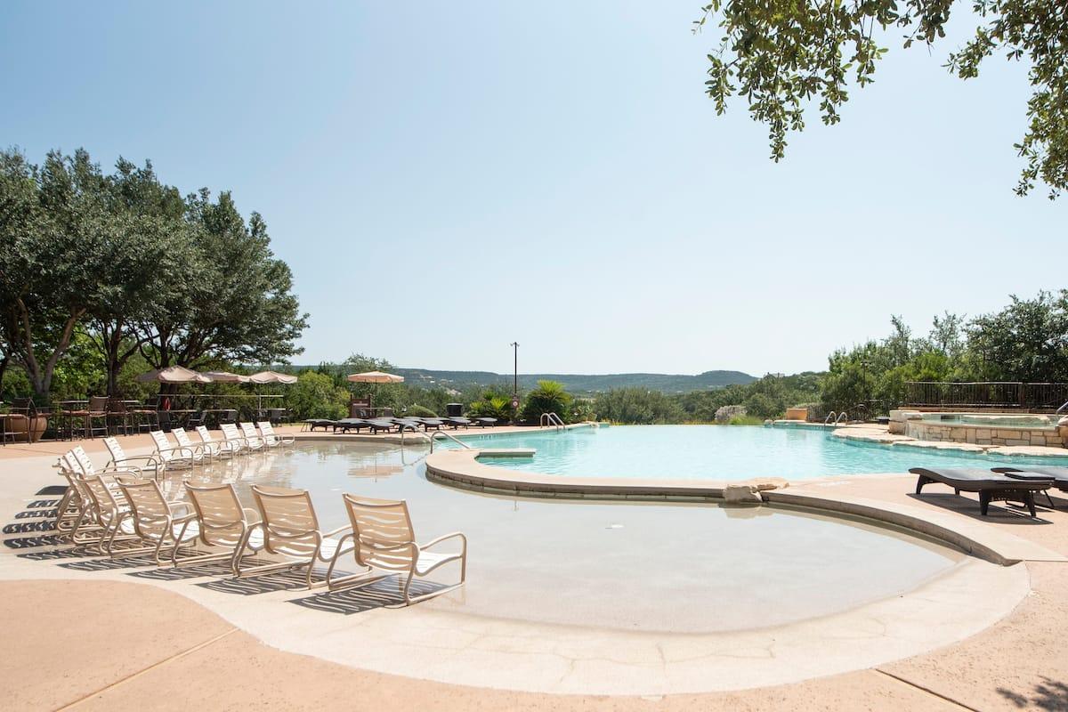 Stunning Lake Travis Hilltop Villa, Sleeps 8!