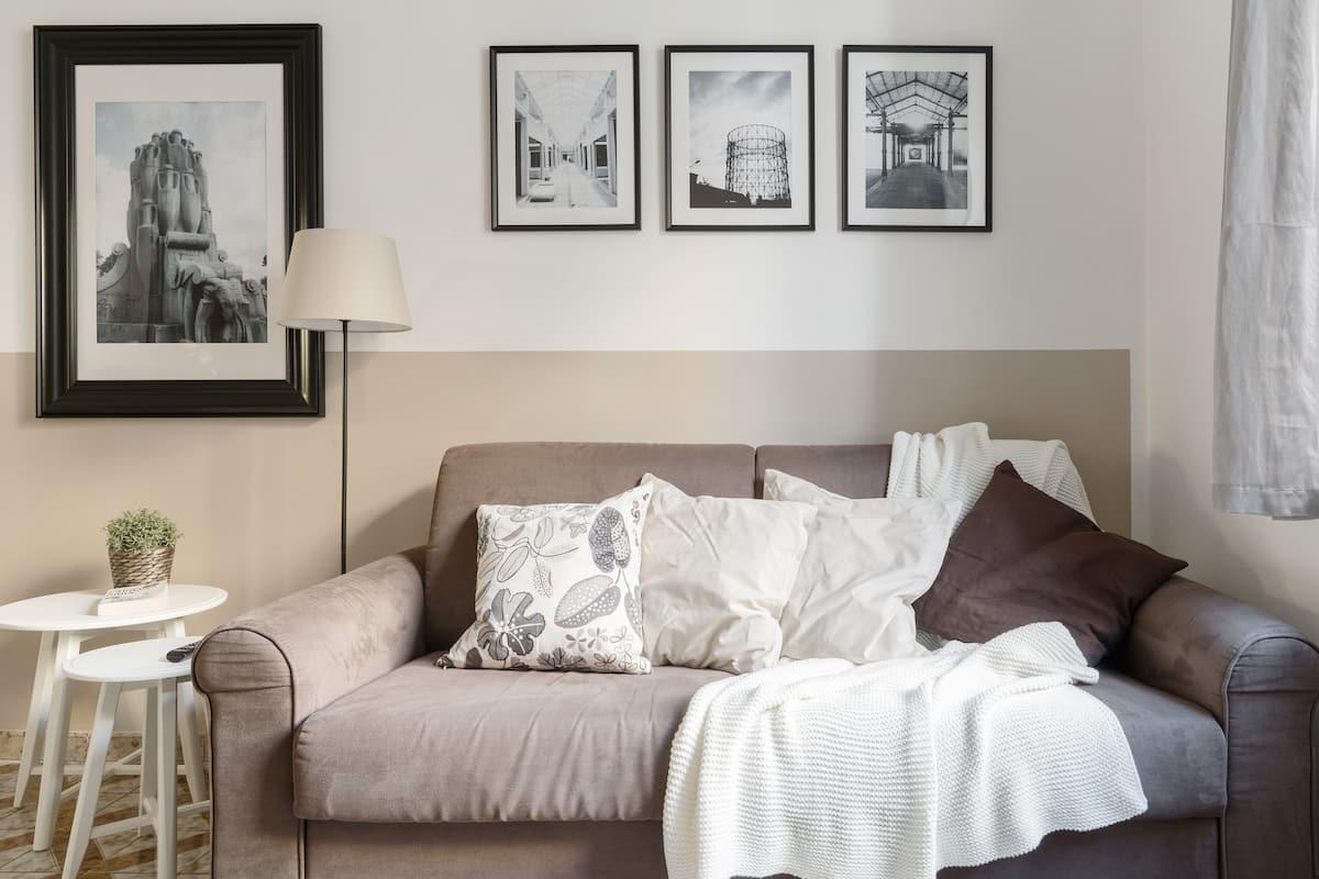 Confortevole appartamento dai toni tenui e con vista sulla Fontana delle Anfore