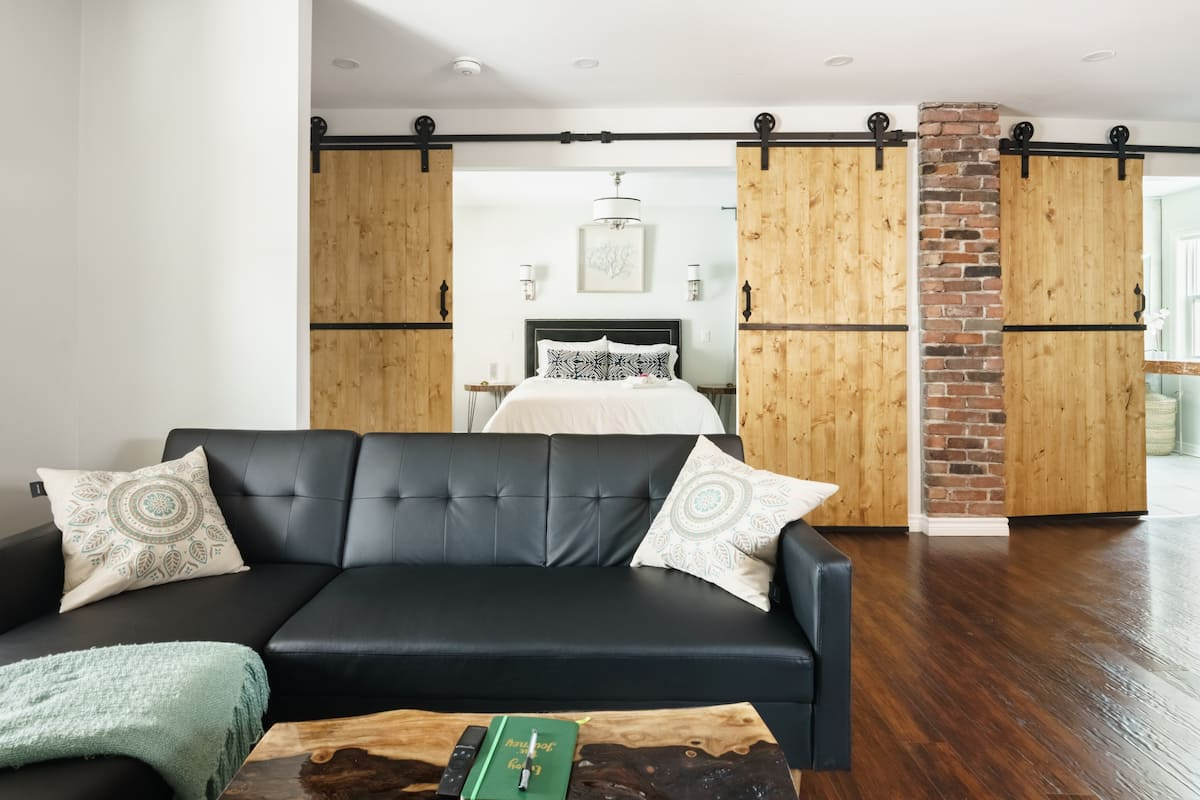 Wood-Rich Niagara Loft close to Queen Street
