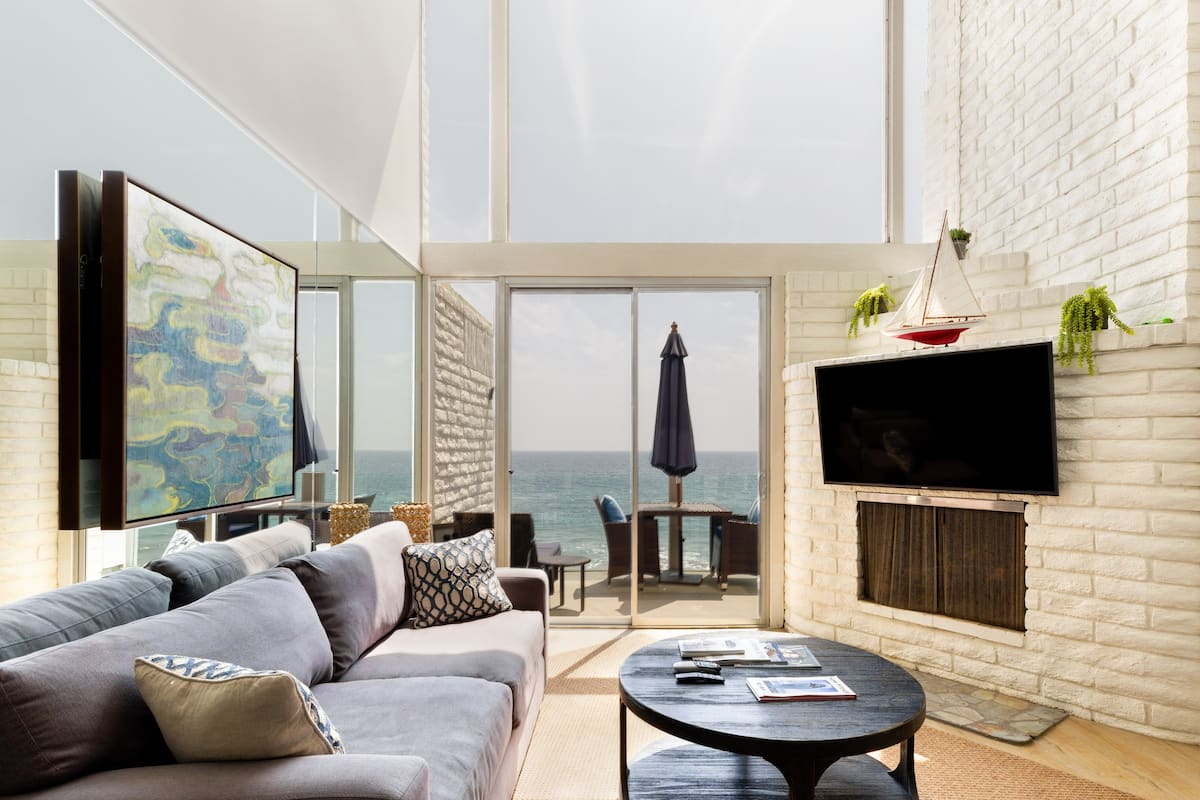 Oceanfront Malibu Townhouse on Quiet Road