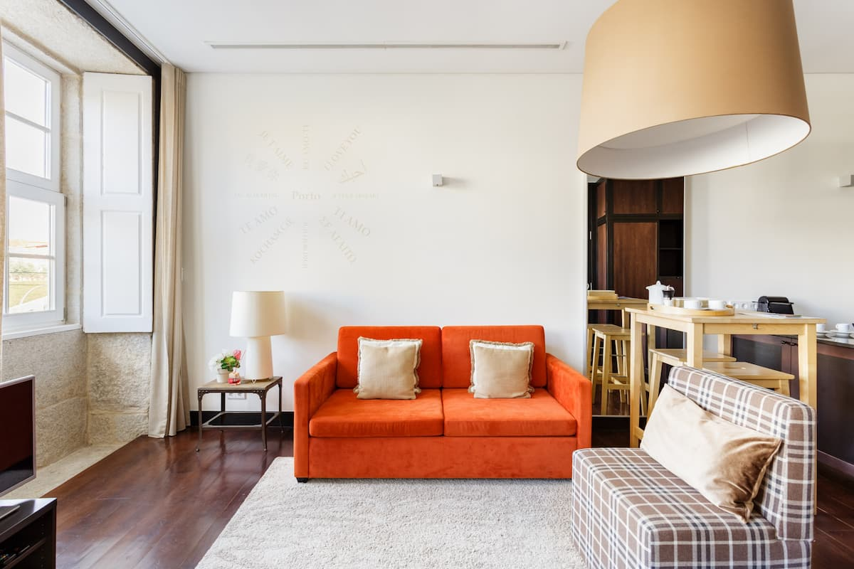 Dazzling City Center Apartment in Lively Neighborhood