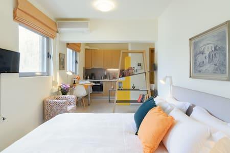 a sunny apartment από Διαμέρισμα στη γειτονιά Κολωνός