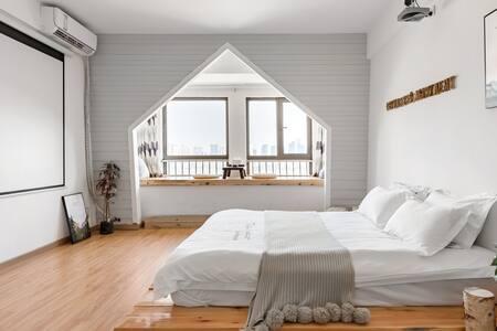 近黄鹤楼带飘窗和投影仪的时尚白色系房源