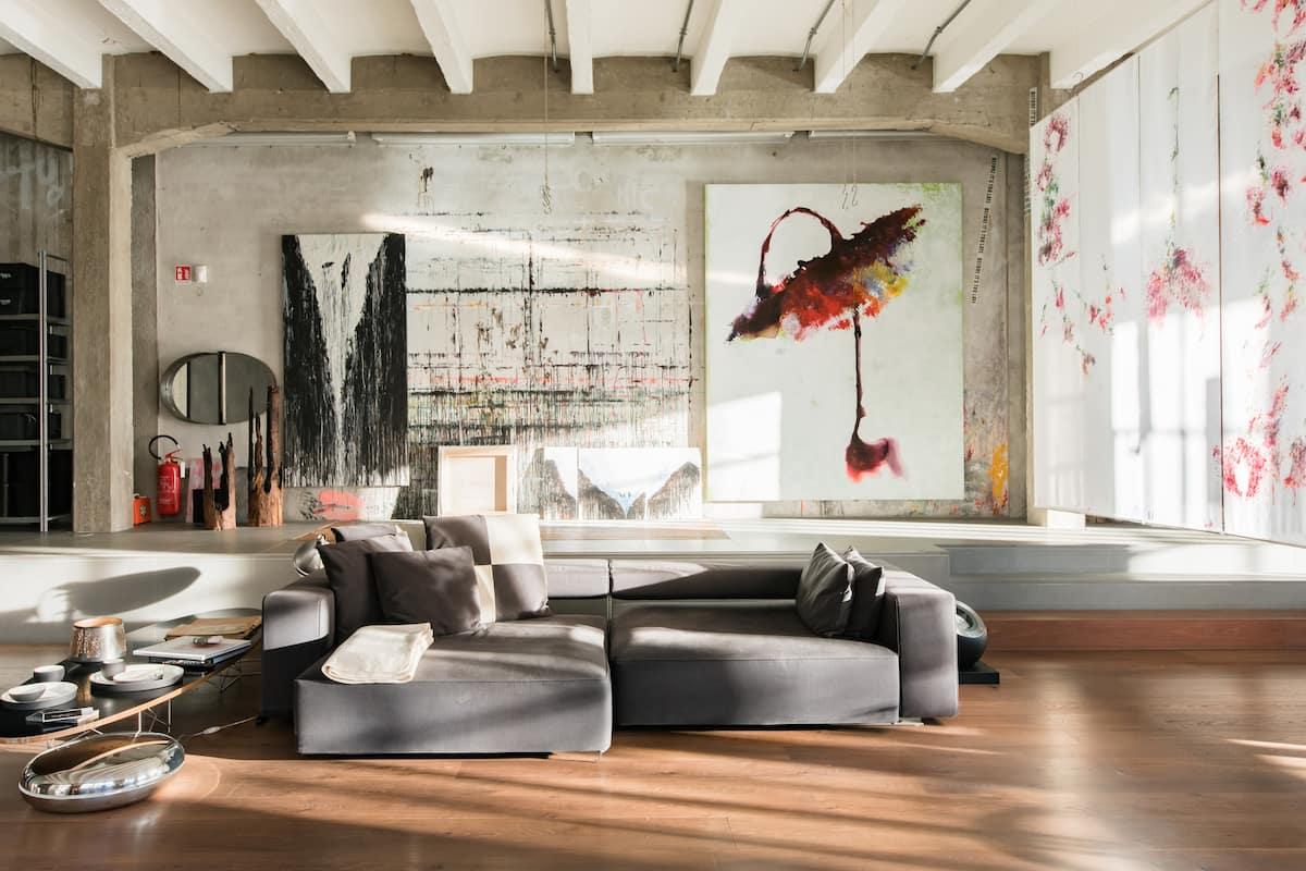 Atelier d'artista in un loft in stile industriale.