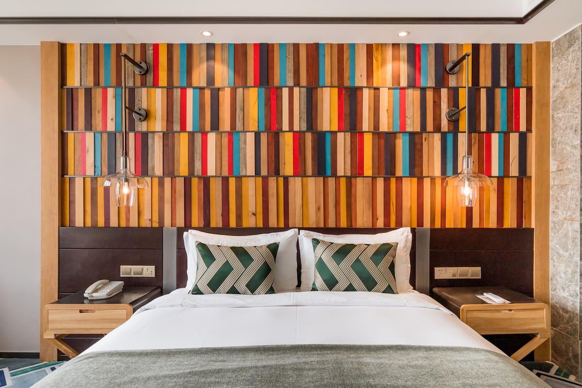 入住皇逸庭院酒店内的欧式简约风大床房,来感受都市中的慢生活