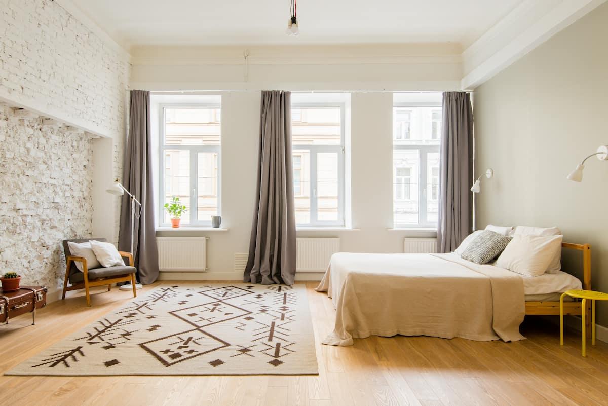 Apartment Just by the Hermitage. Вright & spacy. Около Эрмитажа и Дворцовой пл.