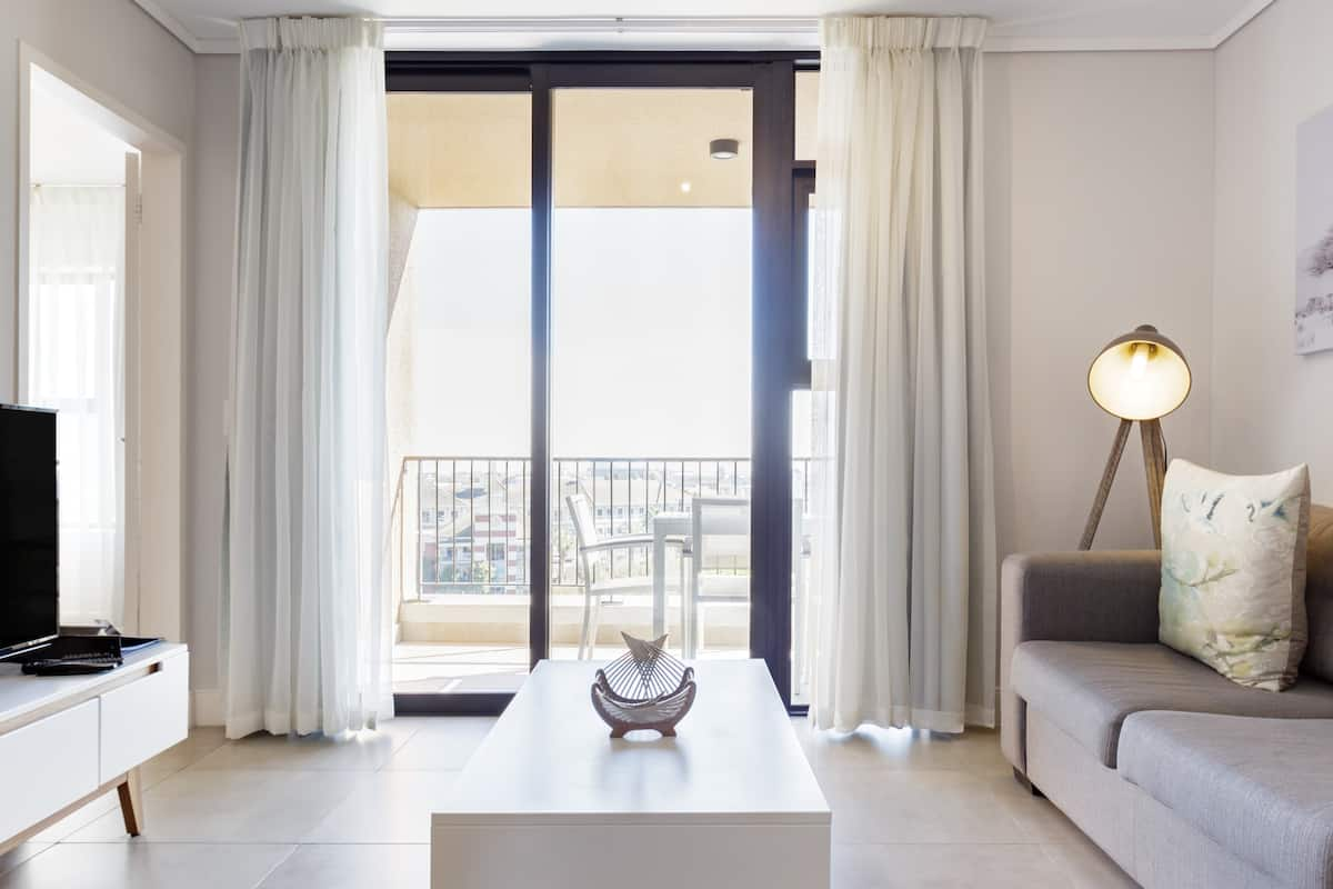 Contemporary Serviced Apartment with Balcony near Canal Walk