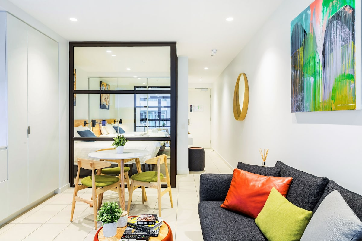 Art-Inspired, Designer Apartment Close to CBD