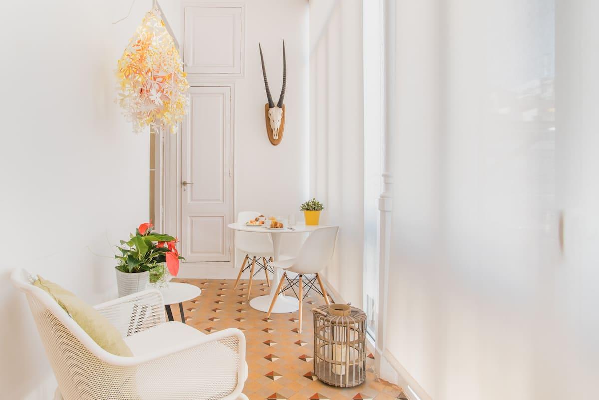 Luminoso apartamento de estilo modernista junto al Paseo de Gracia