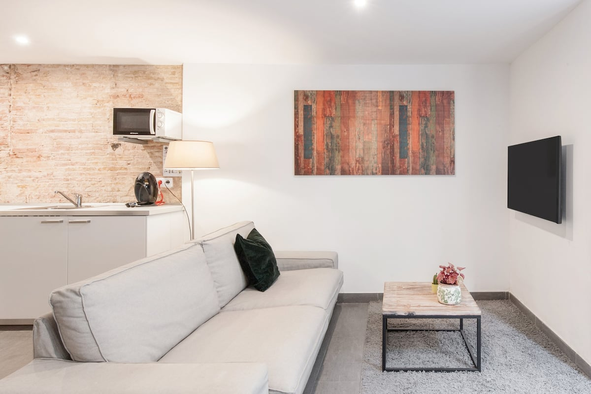 Minimalist and quiet apartment with a patio in Gràcia.