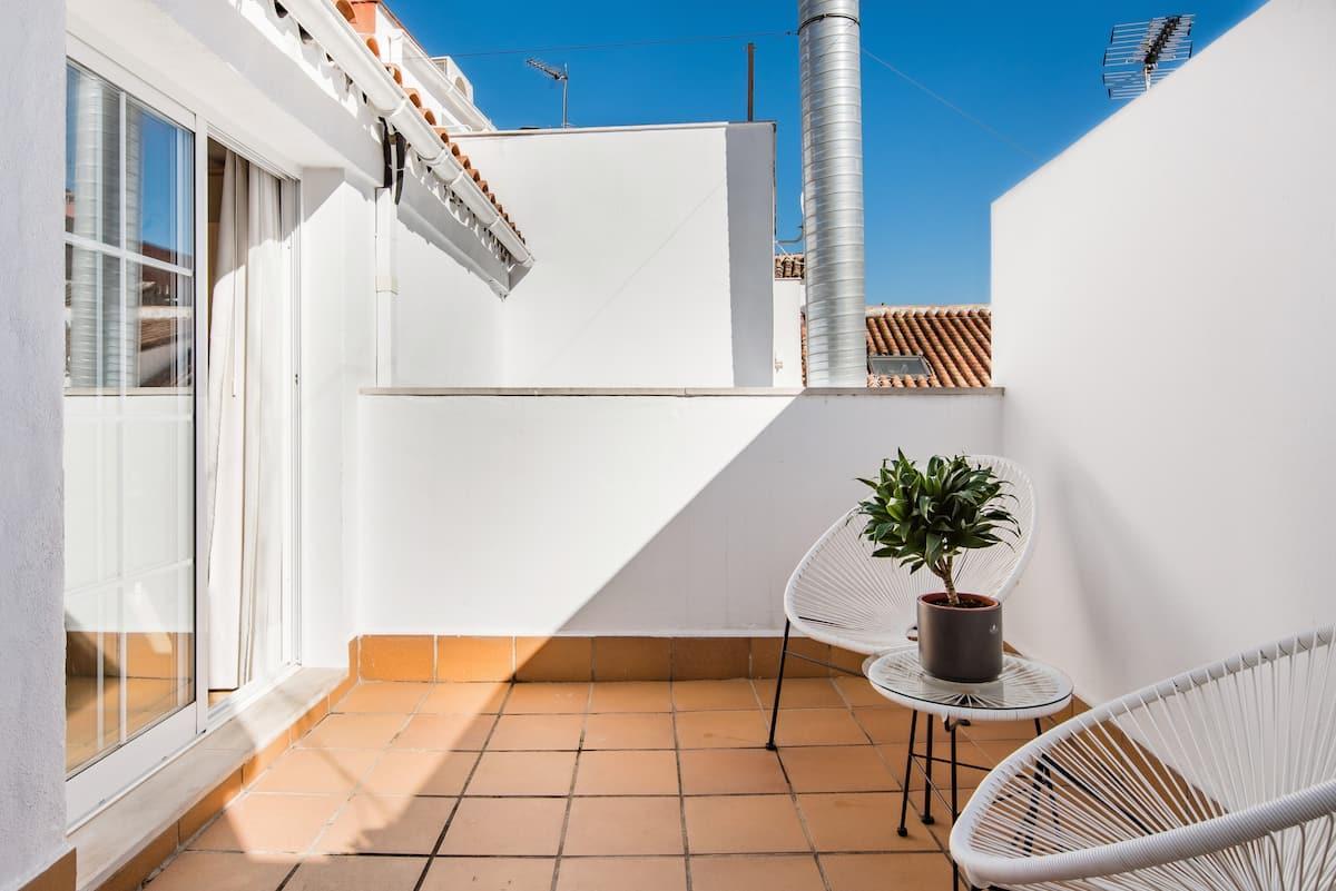 Luz y estilo en un atractivo ático con terraza en el centro de Málaga