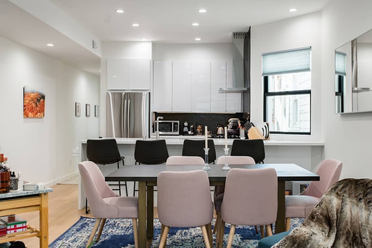 Light-filled, Quiet and Renovated Oasis in Downtown