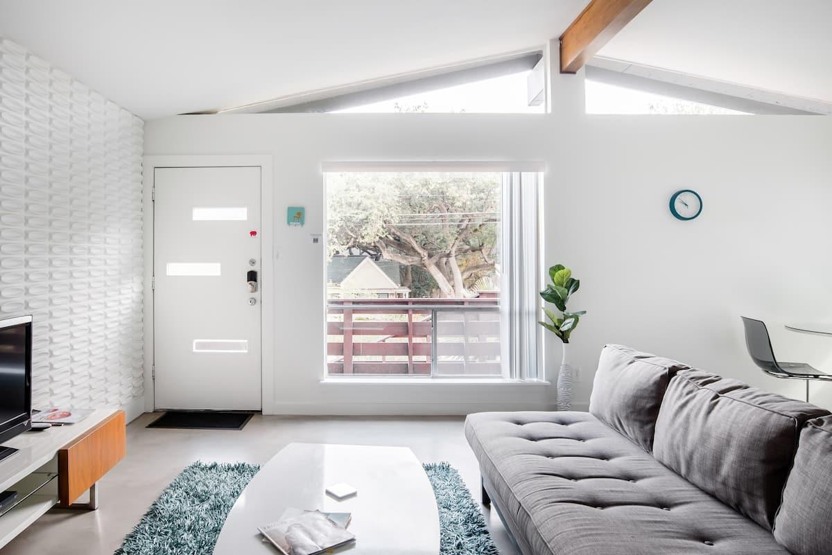 Stylish, Quiet Retreat. Yard and Fiber Internet