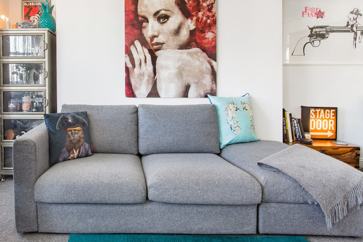 Seaside Apartment with Vibrant Artworks in Kemptown
