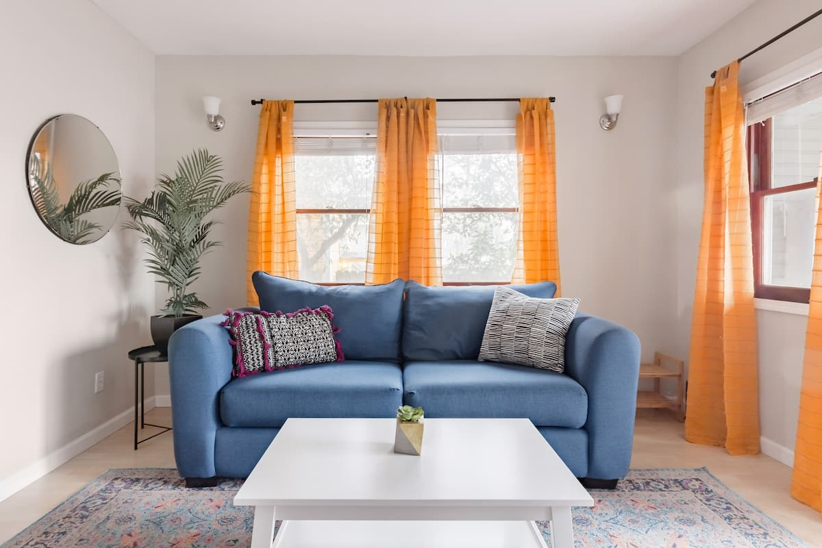 Explore Downtown from a Radiant Apartment in Mansion Flats