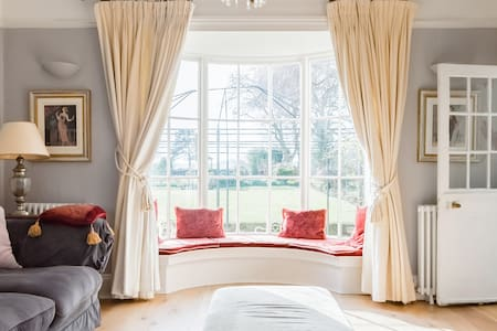 Victorian Grandeur with Heated Pool, Close to Cambridge