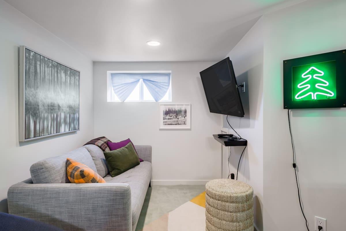 Renovated Retro Queen Anne Studio Apartment