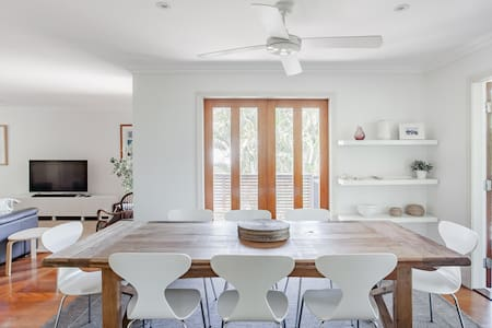 Noosa Deluxe Couples Retreat with Deck and Pool