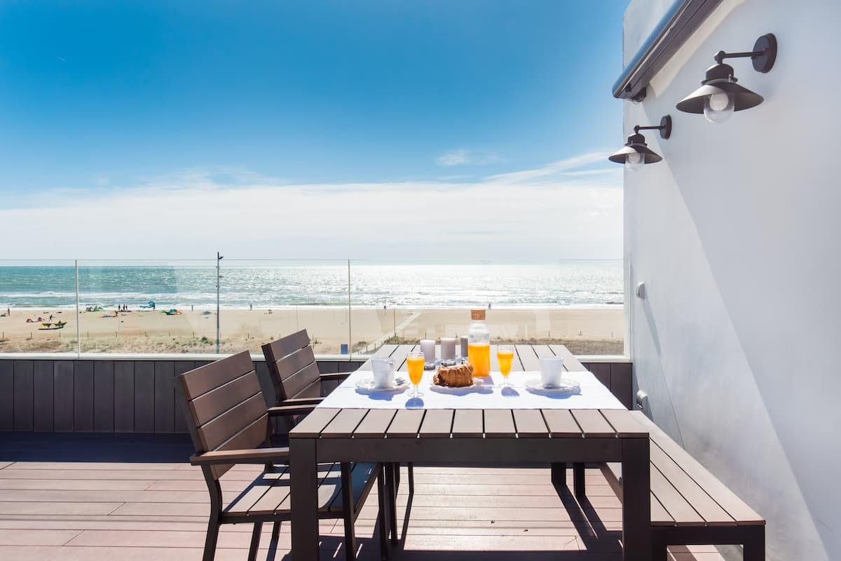 Que la brisa marina te despierte en este estudio con terraza frente al mar