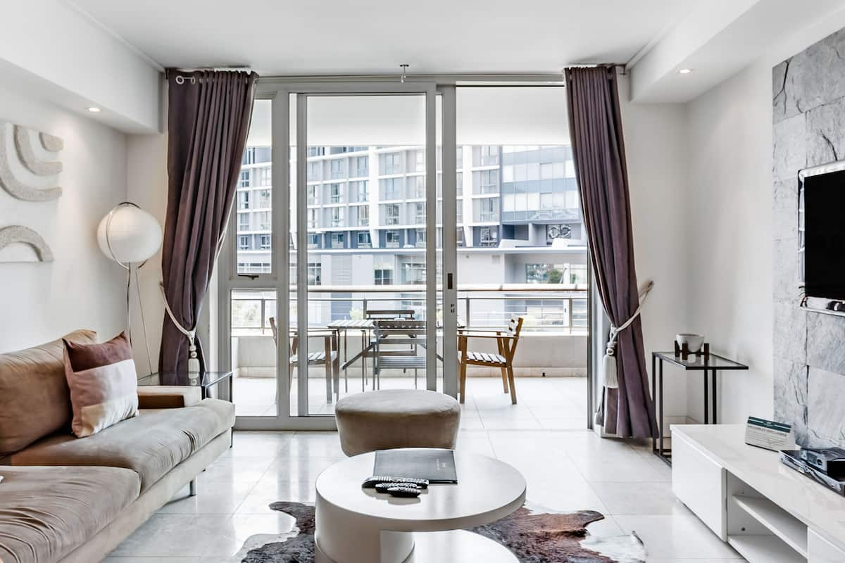 Serviced Canal Quays Apartment close to the V&A Waterfront