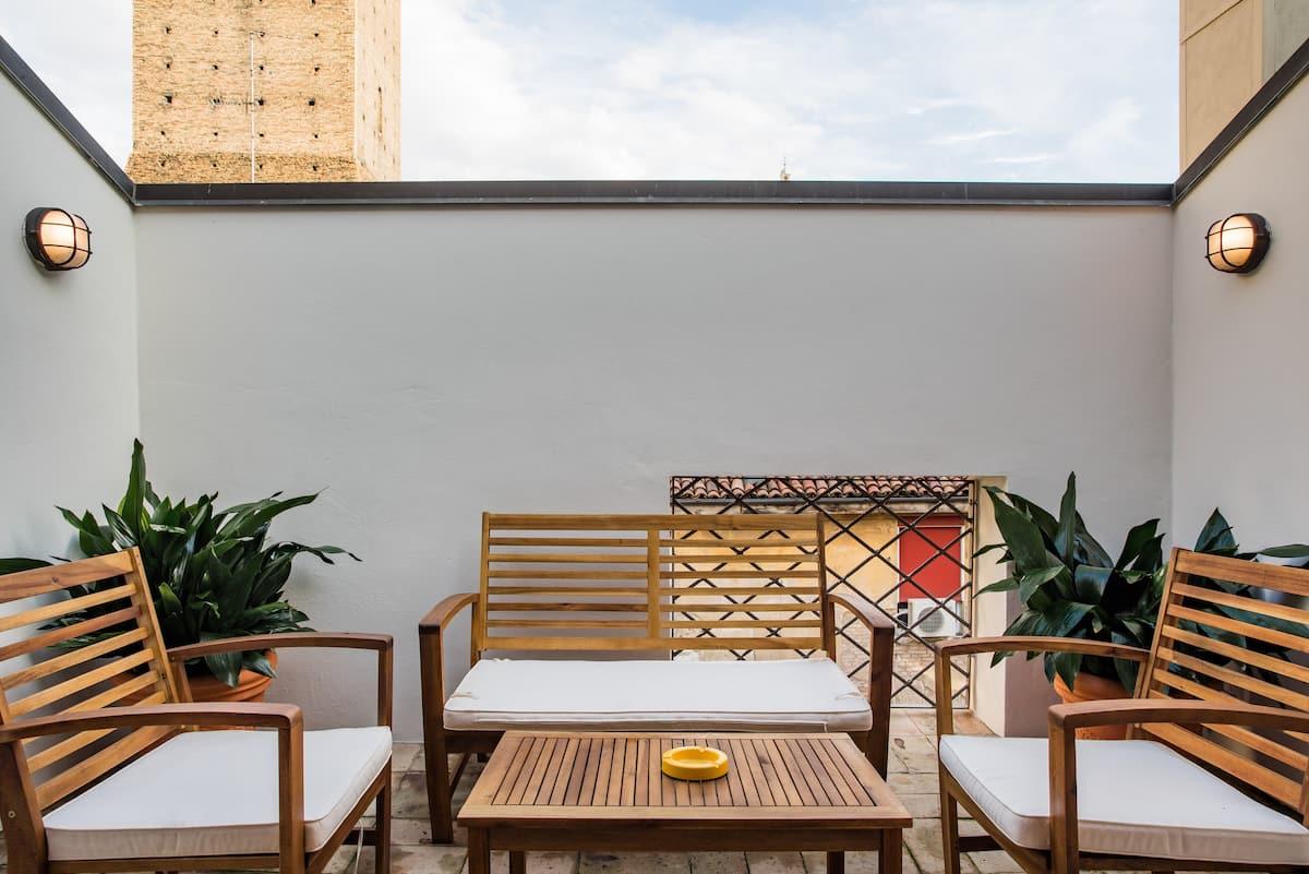 Luminosa mansarda con splendido terrazzino e vista sulle Torri