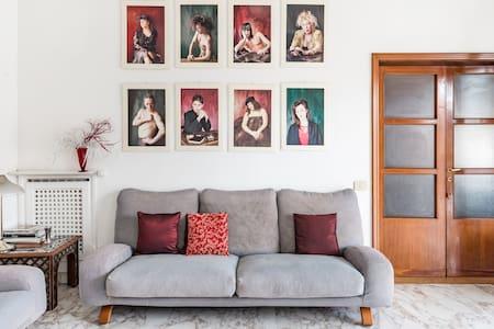 Elegante stanza in appartamento d'artista dall'atmosfera riccamente soffusa