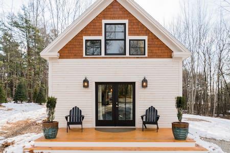 Upscale Timber-Frame Cottage, Shop/Dine/Hike/Bike