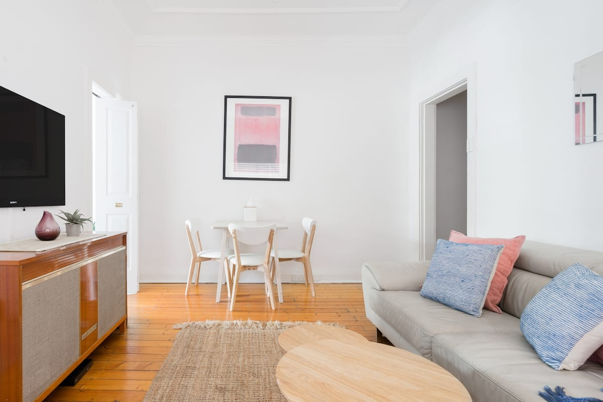 Airy Apartment with Retro Charm by the Beach in Bondi