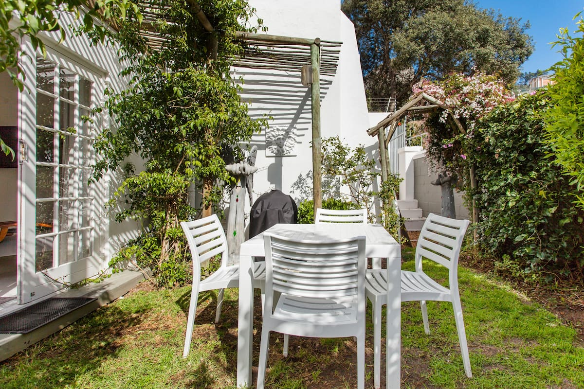 Quaint, Airy Apartment with Garden Dining at Ease